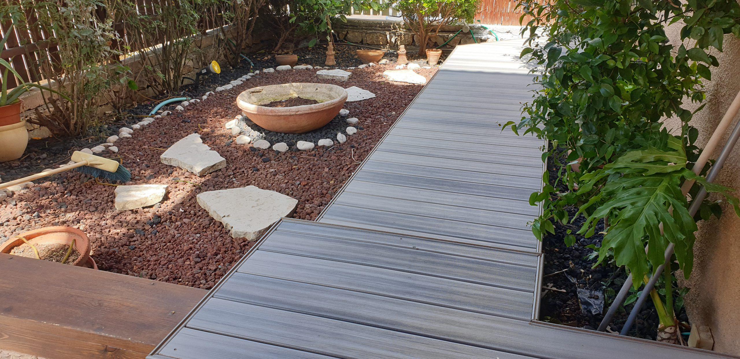 דק סינטטי בגינה ושביל