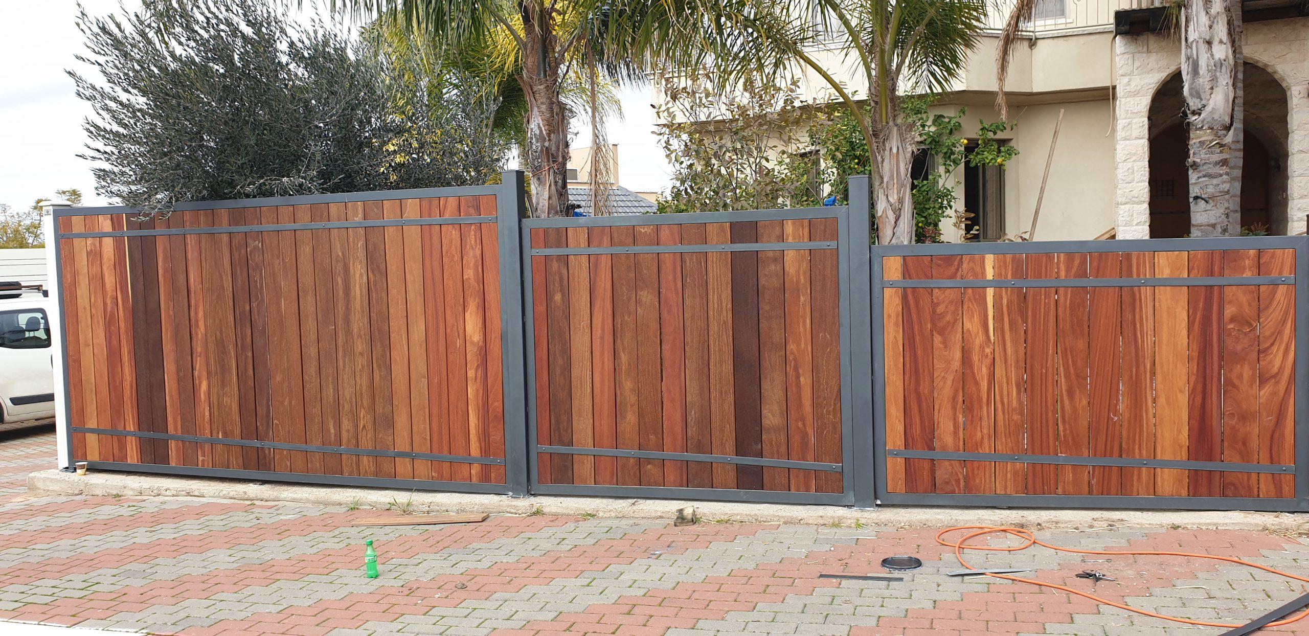 פרויקט ייצור והתקנת גדר מעץ איפאה בשילוב מסגרת ברזל